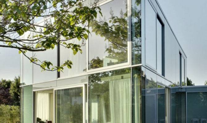 Elegant Glass House Makes Most Minimalist Design