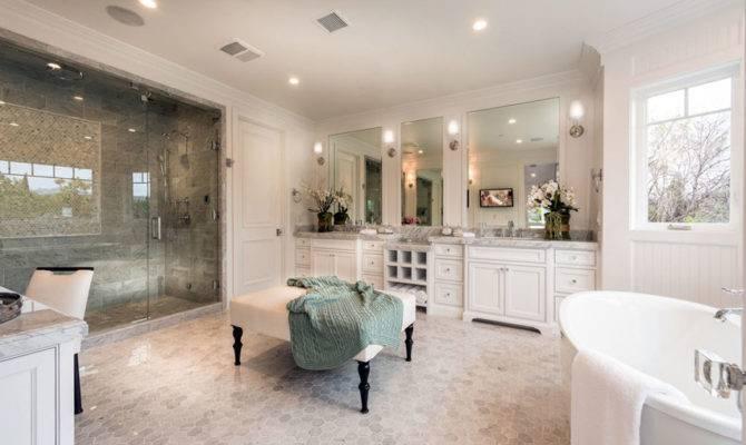 Luxurious Mansion Bathrooms Designing Idea