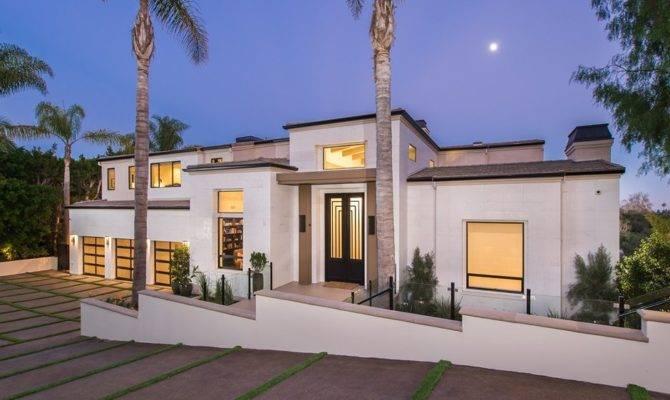 Luxurious Mansion Striking Entertaining Spaces