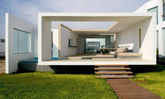 Small Beachside House Opens Front Back