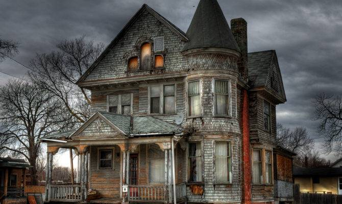 Travel Spotting Haunted House Round Luxury Spotthe