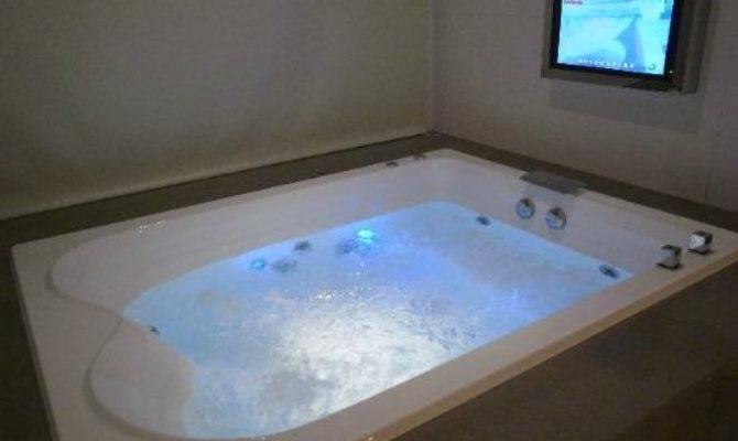 Very Big Bath Tub Can Enjoy Two People Watch